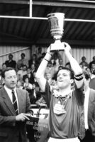 Kapitän Andreas Broß mit dem WFV Pokal